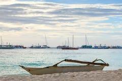 Weißes Boot auf tropischem Meer des Sandstrandes auf Sonnenuntergang Stockbilder