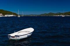 Weißes Boot in blauem Meer. Adriatische Küste Lizenzfreie Stockbilder