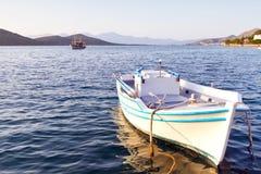 Weißes Boot an der Küste von Kreta Stockbild