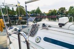 Weißes Boot der Zufuhr in der Bucht Lizenzfreies Stockfoto