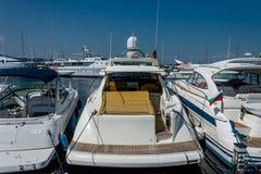weißes Boot im Hafen Lizenzfreie Stockbilder