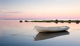 Weißes Boot im Wasser Stockfotografie
