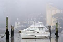 Weißes Boot mit Vogelfiletarbeit, Launceston, Tasmanien Lizenzfreies Stockfoto
