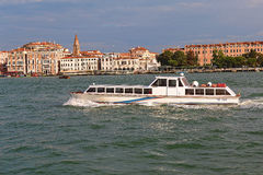 Weißes Boot mit Zahl VE 8505 in Venedig, Italien Lizenzfreies Stockbild