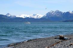 Weißes Boot nahe dem Strand Stockbild