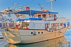 Weißes Boot am Pier Stockfotos