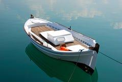 Weißes Boot und ruhiges Meer, Griechenland Stockfoto