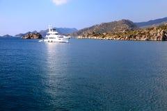 Weißes Boot von der türkischen Küste Lizenzfreie Stockfotografie