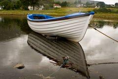 Weißes Boot während des regnerischen Tages Stockbild
