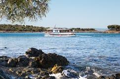 Weißes Bootssegeln im offenen blauen Meer in Griechenland Lizenzfreies Stockfoto