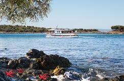 Weißes Bootssegeln im offenen blauen Meer in Griechenland Stockbild