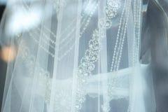 Weißes Brautkleid des Brautshops Stockfotos
