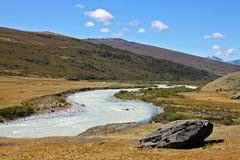 Weißes breites riverky, Hochebene Ukok, Altai-Berge, Russland stockfotos