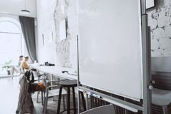 Weißes Brett im Büro von der nahen Perspektive lizenzfreie stockfotos