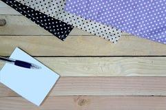 Weißes Briefpapier und ein Stift auf hölzernem Hintergrund Stockfotografie