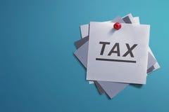 Weißes Briefpapier und schriftliche Steuer für Anzeige Stockfotografie