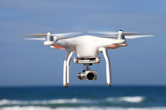 Weißes Brummen ausgerüstet mit Videokamera der hohen Auflösung 4K Lizenzfreie Stockfotos