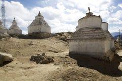 Weißes buddhistisches stupa. Stockbild