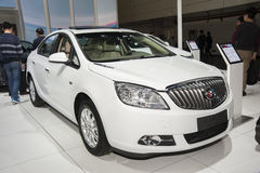 Weißes Buick- Regalauto Lizenzfreies Stockfoto