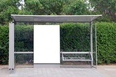 Weißes Bushaltestelle Zeichen Lizenzfreies Stockfoto