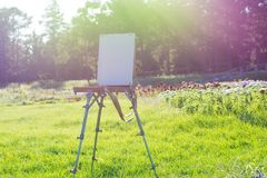 Weißes canvason ein Gestell in einem schönen botanischen Garten im r Stockfotos