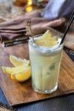 Weißes Cocktail mit Zitronenscheiben Stockbilder
