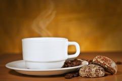 Weißes Cup heißer Kaffee auf einem Saucer und zwei Kuchen stockbild