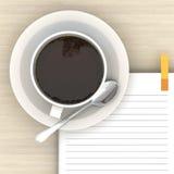 Weißes Cup heißer Kaffee und weißes Skizzebuch Stockbild