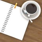 Weißes Cup heißer Kaffee und weißes Skizzebuch Stockfotografie