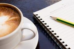 Weißes Cup heißes Kaffee latte Lizenzfreie Stockbilder