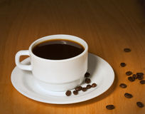 Weißes Cup mit heißem Kaffee auf einem Saucer stockfotografie