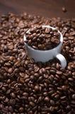 Weißes Cup mit Kaffeebohnen lizenzfreies stockbild