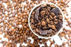 Weißes Cup mit Kaffeebohnen Stockbild