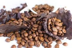 Weißes Cup mit Kaffeebohnen Stockfoto