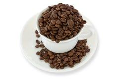 Weißes Cup mit Kaffeebohnen Lizenzfreie Stockfotografie