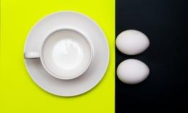 Weißes Cup und Eier zum Frühstück Lizenzfreies Stockbild