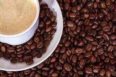 Weißes Cup und Kaffeebohnen Lizenzfreie Stockfotos