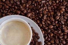 Weißes Cup und Kaffeebohnen Stockfotos