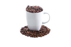 Weißes Cup und Kaffeebohnen Stockfoto