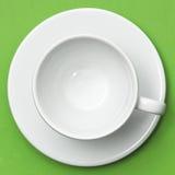 Weißes Cup und Saucer lizenzfreie stockbilder