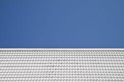 Weißes Dach auf Hintergrund des blauen Himmels Stockfotografie