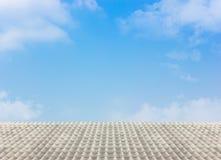 Weißes Dach mit dem bewölkten blauen Himmel Stockbild