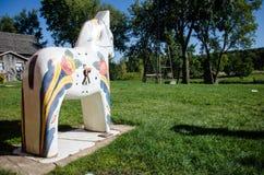 Weißes Dala-Pferdehölzerne Statue symbolisiert die schwedische und norwegische Kultur der kleinen Minnesota-Stadt stockfoto