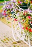 Weißes dekoratives Fahrrad-Parken im Garten Stockfotos