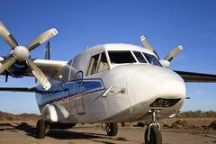 Weißes Doppelpropeller-Flugzeug Stockbilder