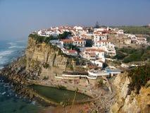 Weißes Dorf hockte auf einem Felsen auf dem Meer in Portugal lizenzfreies stockfoto