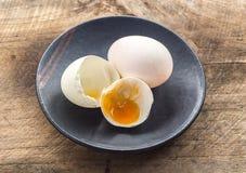 Weißes Ei und Schwarzblech Stockfotografie