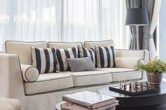 Weißes Eleganzsofa mit Schwarzweiss-- Kissen im Luxus-livin Stockbild