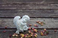 Weißes Engel sculture auf dem Holzfußboden Stockfotografie