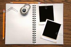 Weißes Exemplarbuch, -bleistifte und -polaroide Stockfotos